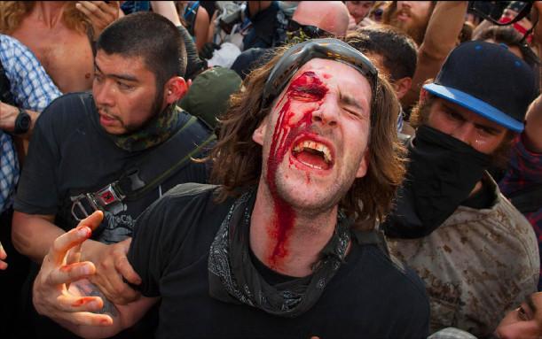 Полицейские, вооруженные резиновыми дубинками, устроили разгон участников акции протеста во время саммита НАТО (Чикаго, 20.05.2012). Фото: Andrew Kelly/Reuters