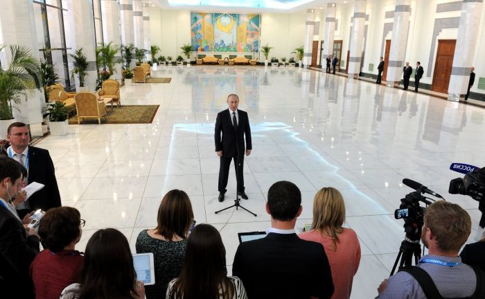 Перед вылетом изТашкента Владимир Путин ответил навопросы журналистов.