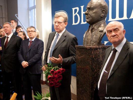 Чубайс, Кузьминов, Кудрин, Ясин у первого в РФ памятника Гайдару - в ВШЭ