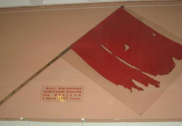 Флаг, поднятый 3 июля над зданием театра им. Янки Купалы