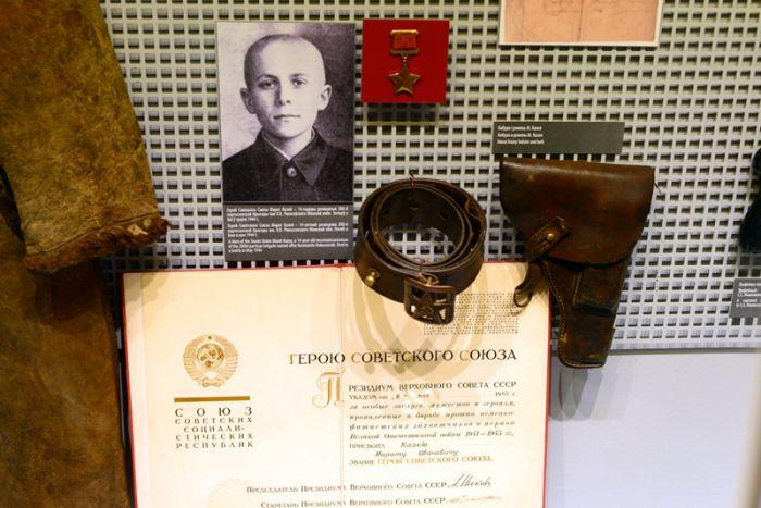 Герой Советского Союза Марат Казей разведчик 200-ой партизанской бригады им. К.К. Рокоссовского. Погиб в бою в мае 1944 года.