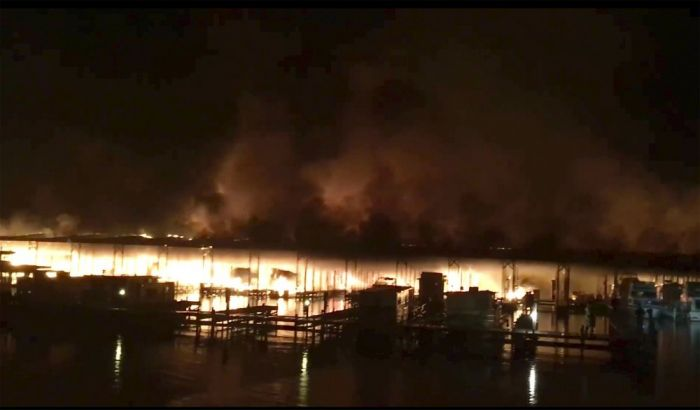 Фото с места пожара на причале на озере Гантерсвилль в городе Скоттсборо