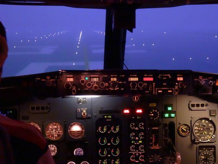 Кабина тренажёра самолёта B737CL