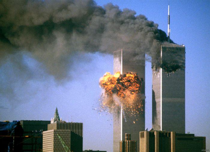 Самолёты таранят башни-близнецы Всемирного торгового центра в Нью-Йорке, 11.09.2001 г.