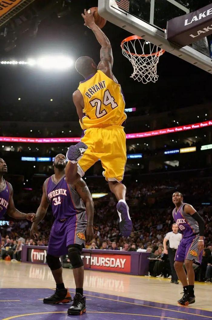 Баскетболист НБА Коби Брайант в майках Лос-Анджелес Лейкерс под номером 8 и 24